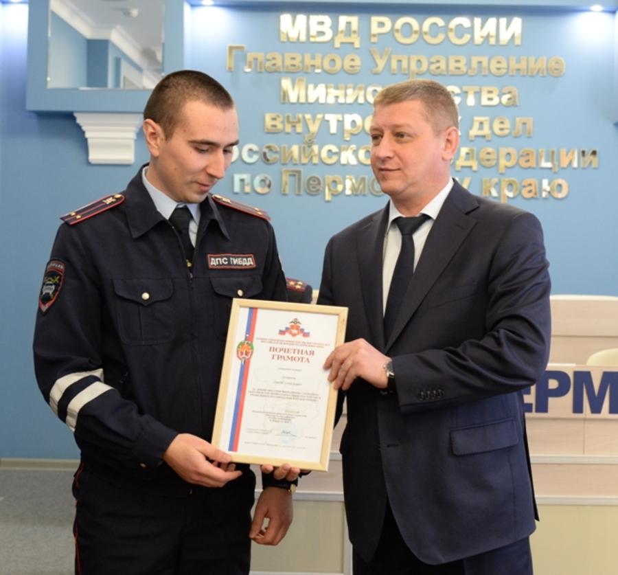 В Пермском крае наградили инспекторов ДПС за спасение девочки - фото 1
